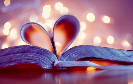 Livre avec les pages en forme de coeur