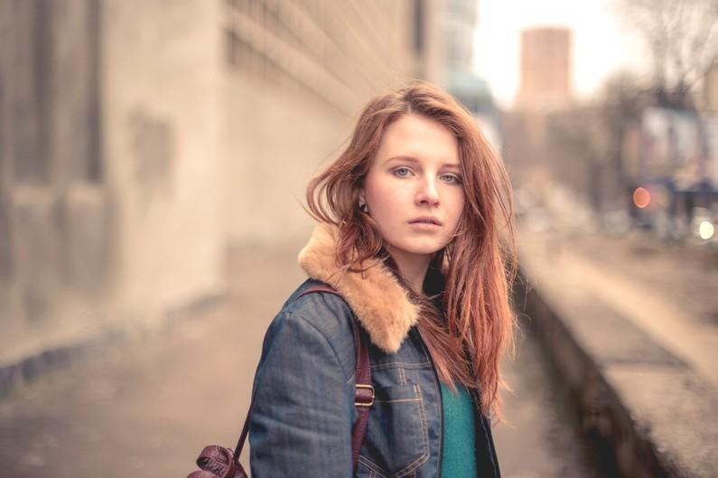 Vous marchez dans la rue, quand vous croisez une personne qui a l'air triste.